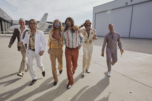 La Band di Dave Grohl  debutta con la band alter-ego The Dee Gees, in una nuova veste dance anni '70.