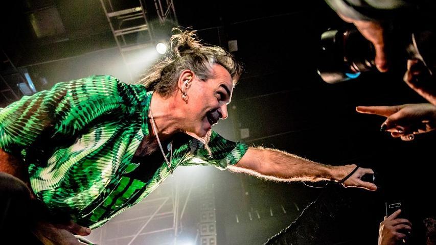 """PIERO PELÙ LIVE 2021. Luglio di fuoco con il """"Il Gigante Live Tour"""" del ragazzaccio di Firenze."""